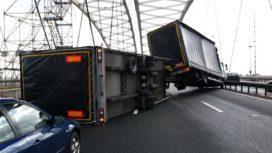 Gekantelde-vrachtwagen-A16-272x153
